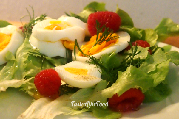 Summer salad with raspberries and egg